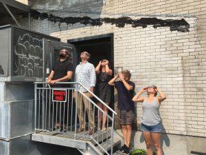 L'équipe devant une éclipse